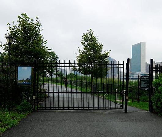 巨大ハイテク・キャンパスの真横に素敵な公園作るのがニューヨーク流_b0007805_2237284.jpg