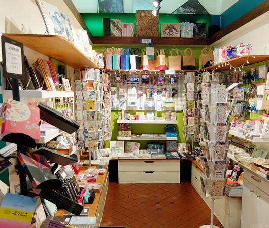 お手軽ギフトいっぱいのNYの雑貨屋さん、Exit 9 Gift Emporium_b0007805_013571.jpg