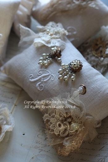 ちいさな刺繍とアンティークレースの ピンクッション_e0237680_11111781.jpg