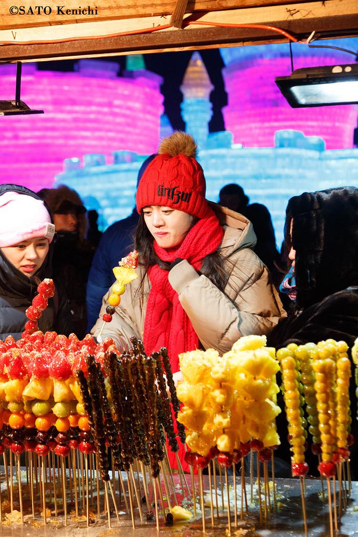 047 ハルビンの氷雪祭り その4(ここで冷凍フルーツを食べる!?)_b0235153_6442988.jpg