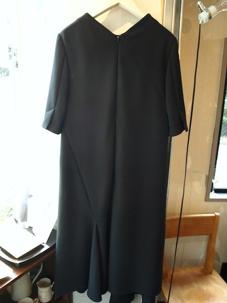 フォーマルにも普段にも使いやすくお洒落なブラックドレス・ワンピースuemulo munenoli『TORNADO』_e0122680_16322464.jpg