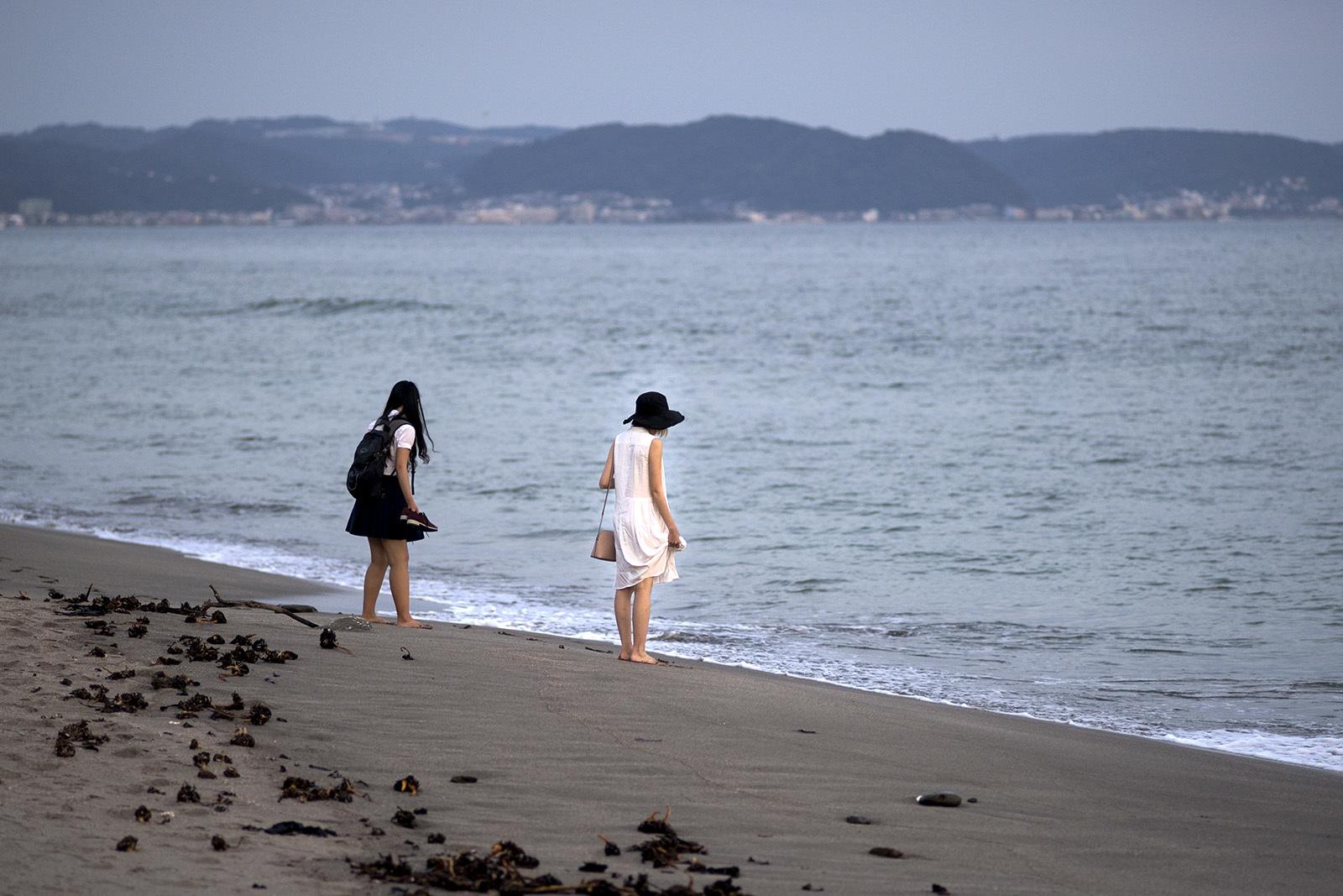 浜辺を歩く人々(5)_e0367501_01285993.jpg