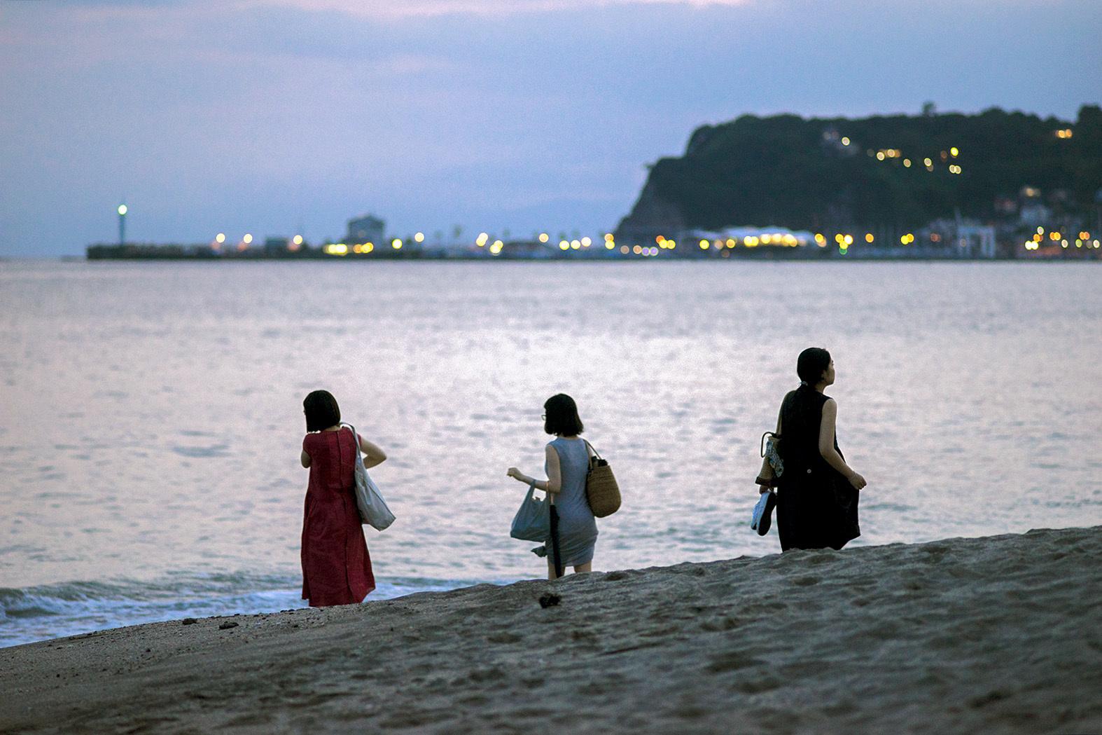 浜辺を歩く人々(6)_e0367501_01313460.jpg