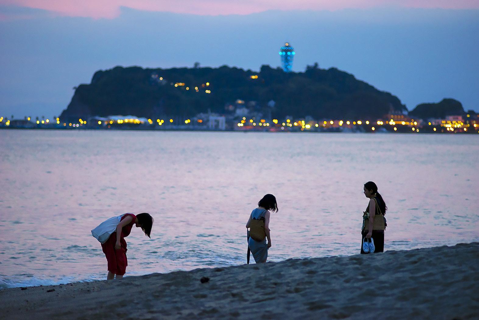 浜辺を歩く人々(7)_e0367501_01332735.jpg
