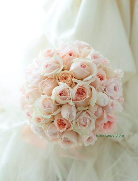 ラウンドブーケ 淡いピンクのバラたちで ホテル椿山荘東京様へ_a0042928_2246856.jpg