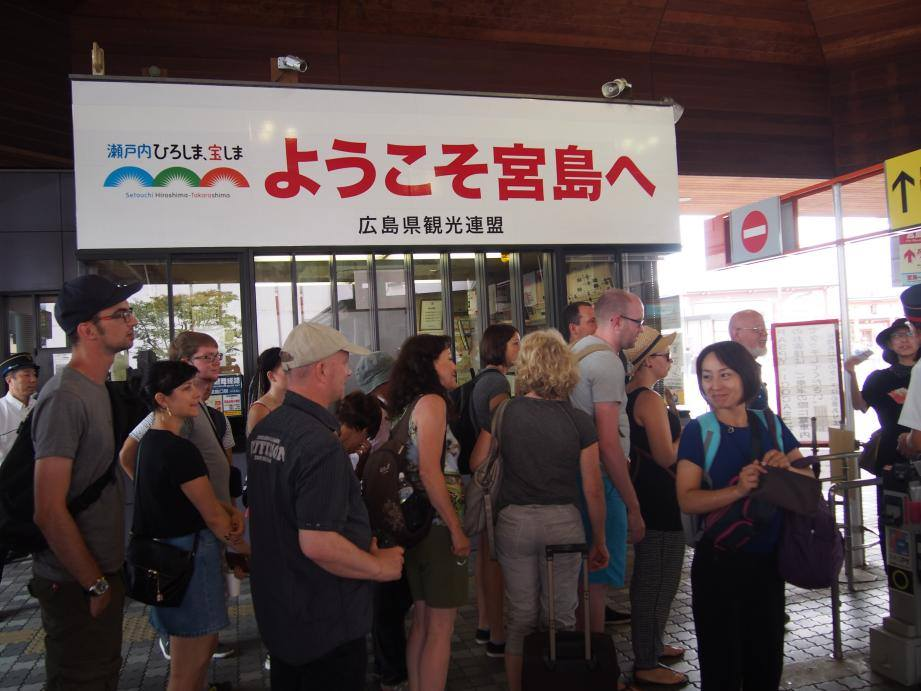 2つも世界遺産がある広島県には欧米客が多く、インド人ツアーもいた_b0235153_15532699.jpg
