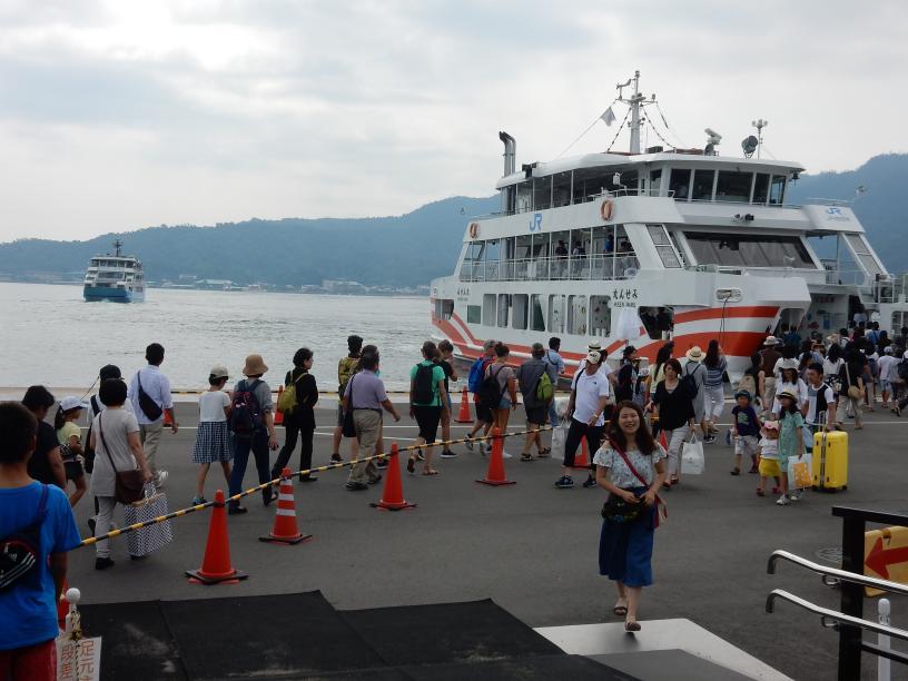 2つも世界遺産がある広島県には欧米客が多く、インド人ツアーもいた_b0235153_15533948.jpg