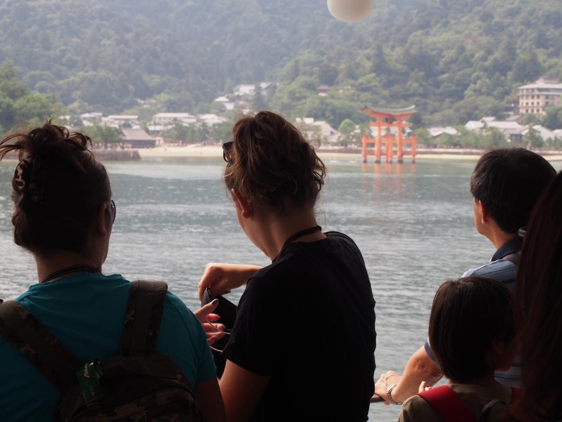2つも世界遺産がある広島県には欧米客が多く、インド人ツアーもいた_b0235153_15535419.jpg
