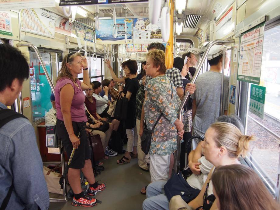 2つも世界遺産がある広島県には欧米客が多く、インド人ツアーもいた_b0235153_1553764.jpg