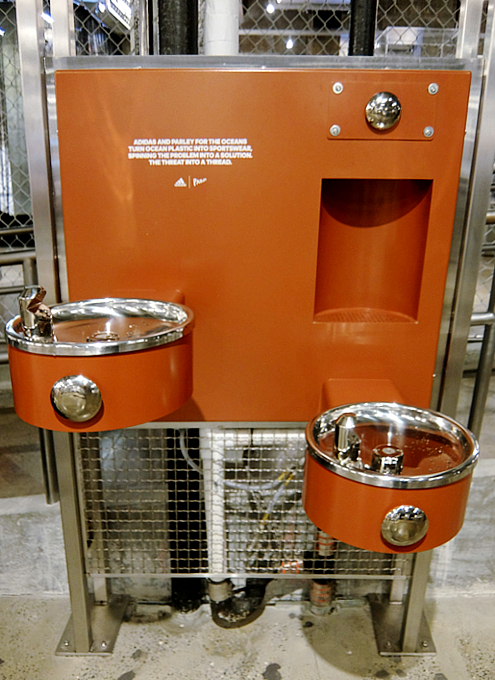今やNYでは、ペットボトル給水機がお店のメインフロアにどーん!!_b0007805_19345149.jpg