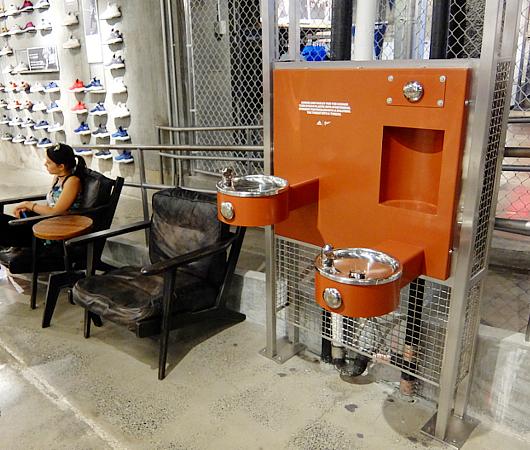 今やNYでは、ペットボトル給水機がお店のメインフロアにどーん!!_b0007805_1934784.jpg