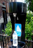 今やNYでは、ペットボトル給水機がお店のメインフロアにどーん!!_b0007805_198024.jpg