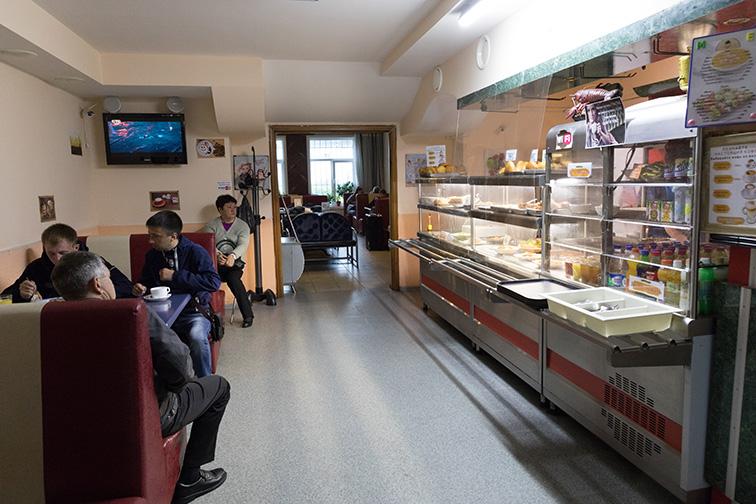 サハリンのカフェはたいてい食堂兼用で、店じまいが早いのがちょっと…_b0235153_13343618.jpg