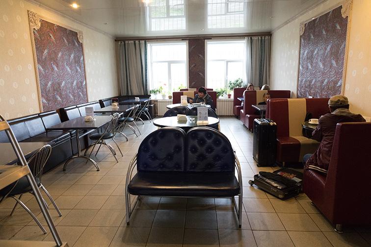 サハリンのカフェはたいてい食堂兼用で、店じまいが早いのがちょっと…_b0235153_13354692.jpg
