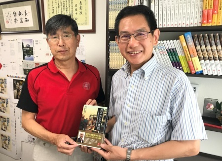 この総領事の著書をこの総領事に贈呈、二冊とも素晴らしい本です_d0027795_10451884.jpg