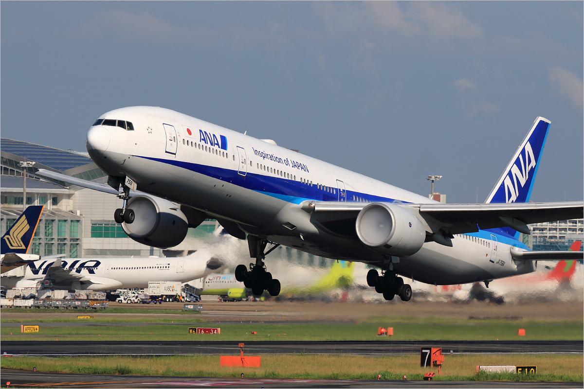 白いエンジン - 福岡空港_c0308259_21571921.jpg