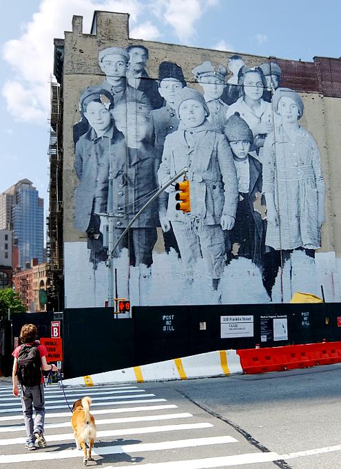 NYの街角で見かけたエリス島の移民の子たちの巨大壁画 by JR_b0007805_2150877.jpg