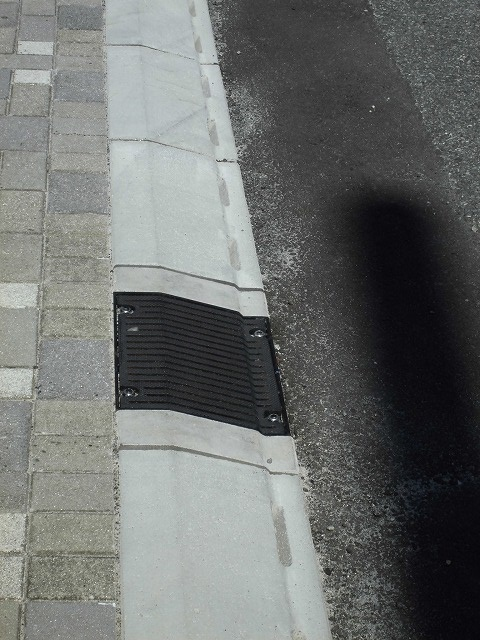 歩道との段差ゼロの自転車専用通行帯を整備中 JR富士駅から北に向かい旧国1を渡った県道鷹岡富士停車場線_f0141310_07454853.jpg