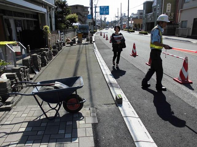 歩道との段差ゼロの自転車専用通行帯を整備中 JR富士駅から北に向かい旧国1を渡った県道鷹岡富士停車場線_f0141310_07471006.jpg