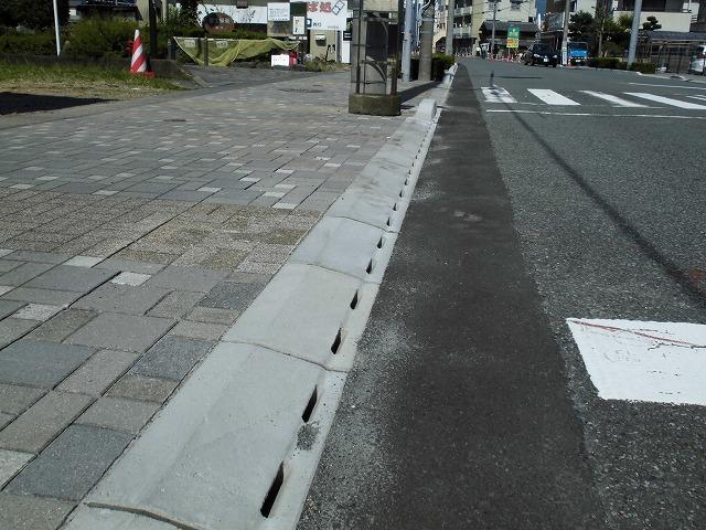 歩道との段差ゼロの自転車専用通行帯を整備中 JR富士駅から北に向かい旧国1を渡った県道鷹岡富士停車場線_f0141310_07472415.jpg