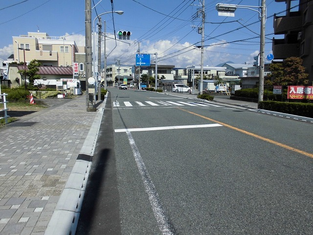 歩道との段差ゼロの自転車専用通行帯を整備中 JR富士駅から北に向かい旧国1を渡った県道鷹岡富士停車場線_f0141310_07475277.jpg