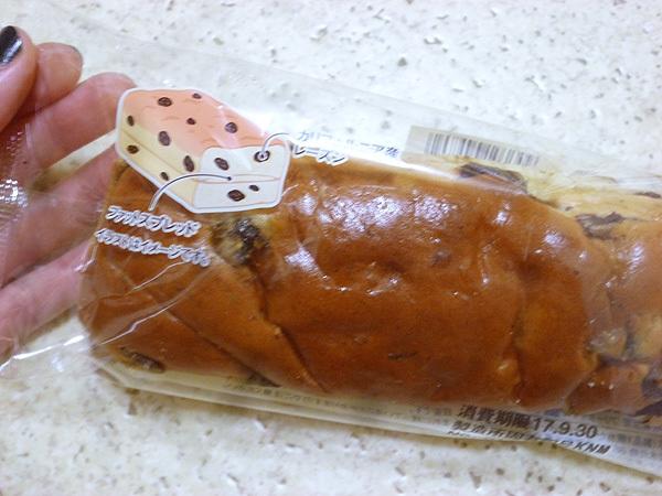 ぶどう好きのぶどうパン@ミニストップ_c0152767_22085002.jpg