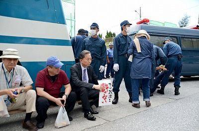 鳩山元首相(資産数千億円)、沖縄で庶民と一緒に座り込み_b0163004_06462594.jpg