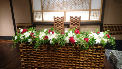 博多百年蔵 会場装花(白&グリーンにポイントで赤を....)_e0149863_23332922.jpg