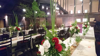 博多百年蔵 会場装花(白&グリーンにポイントで赤を....)_e0149863_2334201.jpg