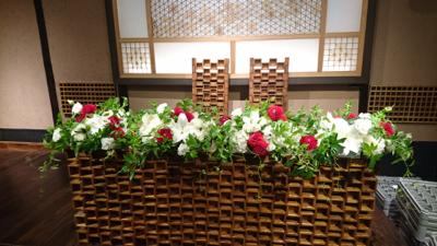 博多百年蔵 会場装花(白&グリーンにポイントで赤を....)_e0149863_2334280.jpg