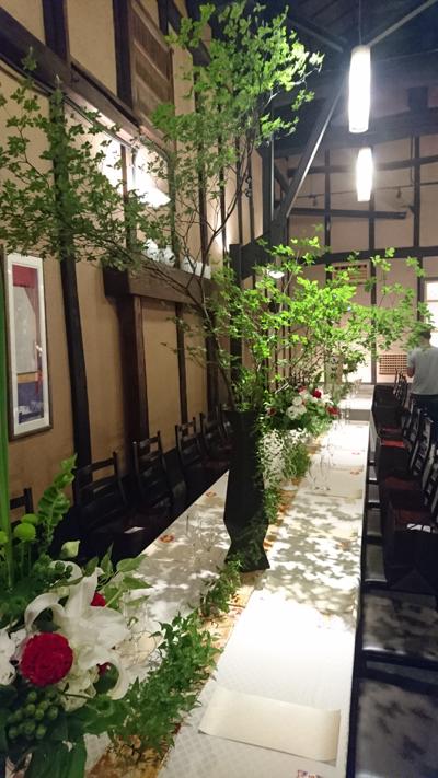 博多百年蔵 会場装花(白&グリーンにポイントで赤を....)_e0149863_23343559.jpg