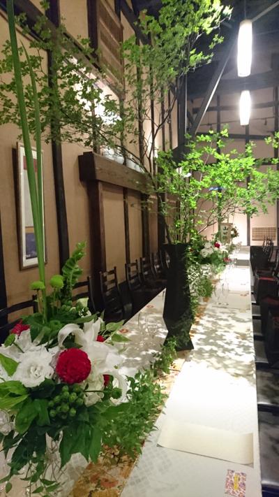 博多百年蔵 会場装花(白&グリーンにポイントで赤を....)_e0149863_2335683.jpg