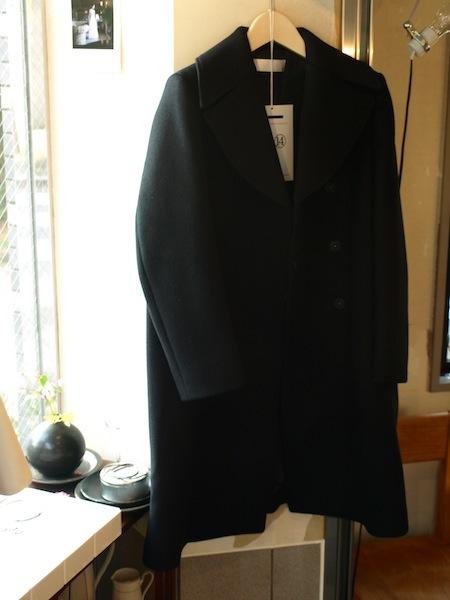 背中で語れる極上シルエットのtomoumi onoによる通称『名前の無いブランド』のコート_e0122680_21331529.jpg