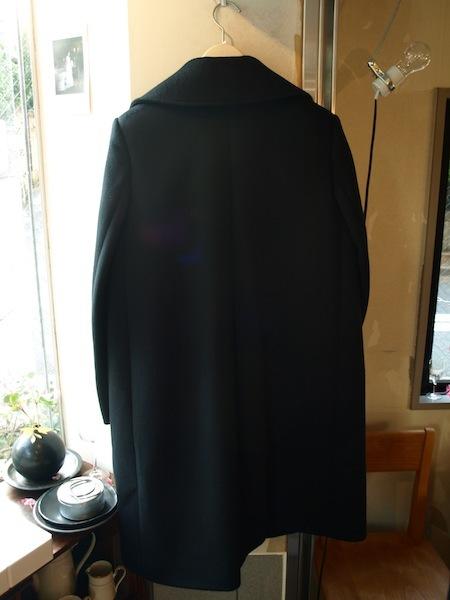 背中で語れる極上シルエットのtomoumi onoによる通称『名前の無いブランド』のコート_e0122680_21333784.jpg
