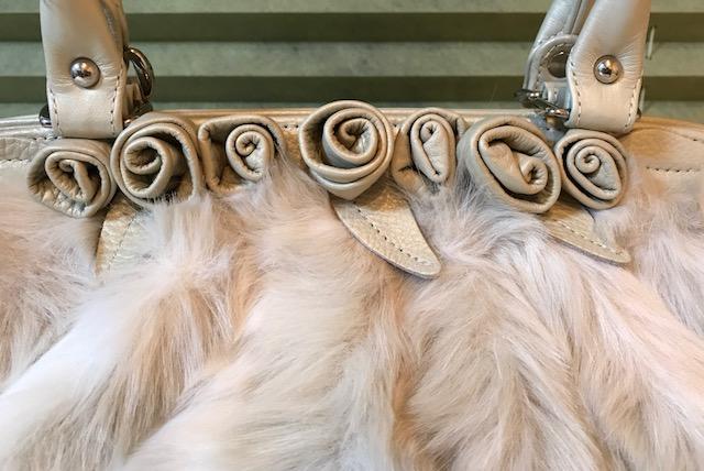 今月仕入れたばかりのふわふわ毛皮バッグもサローネへ!_f0181251_18295544.jpg