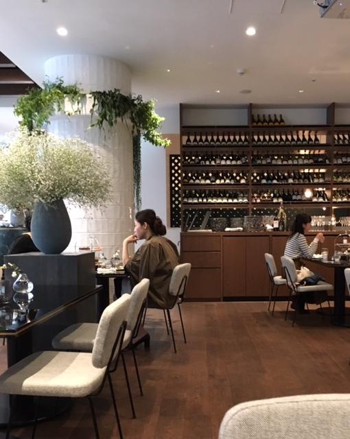 french modern interior 緑とお花の素敵なウェルネスカフェで