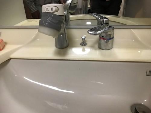 洗面化粧台水栓取替え工事_e0184941_16474774.jpg
