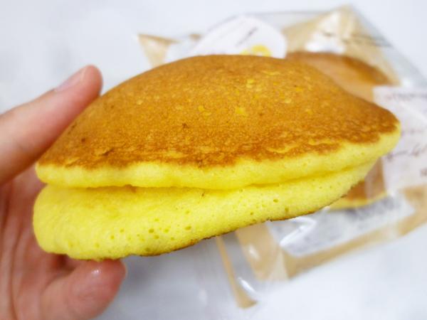 もちっとパンケーキ(安納芋あん&ミルクホイップ)@ローソン_c0152767_19012021.jpg