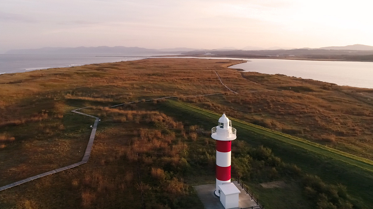 秋深まる石狩浜に、化粧直しの灯台が映える_b0283211_10585308.jpg