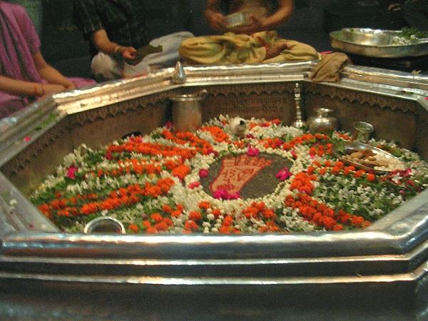 ガヤのヴィシュヌパッド寺院でヴィシュヌ神の足跡に触れてきた_d0360509_0515779.jpg