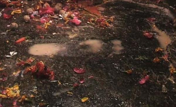ガヤのヴィシュヌパッド寺院でヴィシュヌ神の足跡に触れてきた_d0360509_172844.jpg