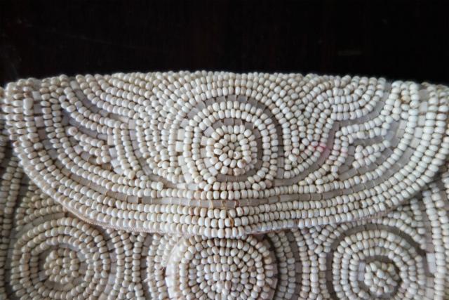 ビーズ刺繍の白小バッグ_f0112550_07182263.jpg