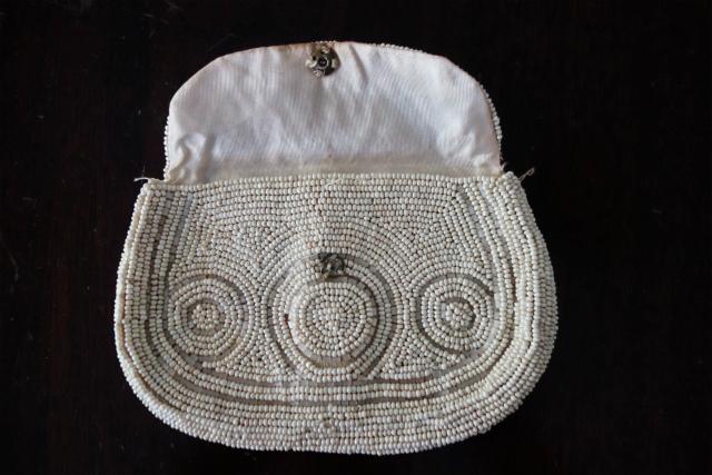 ビーズ刺繍の白小バッグ_f0112550_07182336.jpg