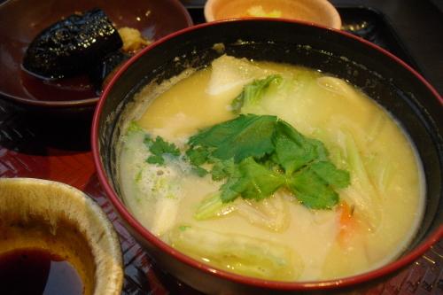 大戸屋 『いわとろ丼とたっぷり野菜の麦みそ汁』_a0326295_16410114.jpg