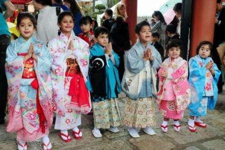 外国人が七五三詣 晴れ着に歓声 神戸・生田神社 _b0064113_814320.jpg