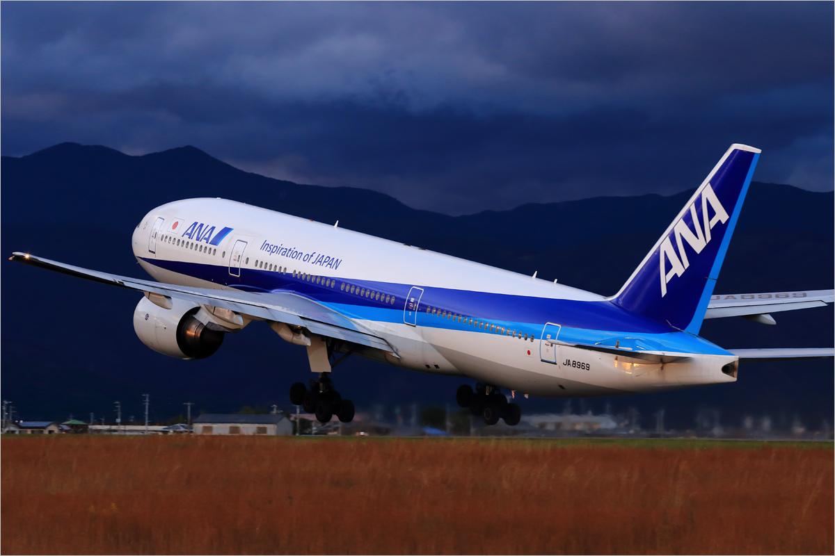 嵐の後の777 - 高知空港_c0308259_01103661.jpg