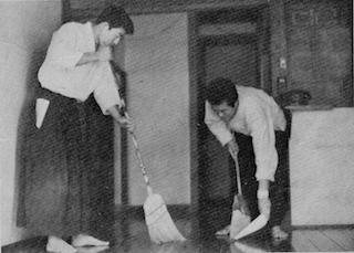昭和30年初め頃の本部道場内弟子達_f0019563_12213958.jpg