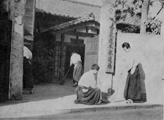 昭和30年初め頃の本部道場内弟子達_f0019563_12215095.jpg