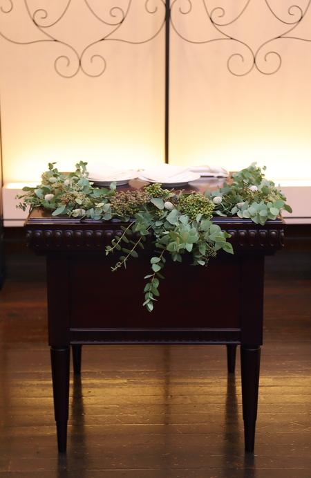 秋の装花 ユーカリとフランネルフラワー、切り株とキャンドル、ナチュラルウェディングの一日に_a0042928_1221574.jpg