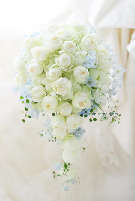 セミキャスケードブーケ ザ テンダーハウス様へ 白のバラと薄い青で _a0042928_14182225.jpg